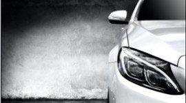 profilo di auto con faro e specchietto
