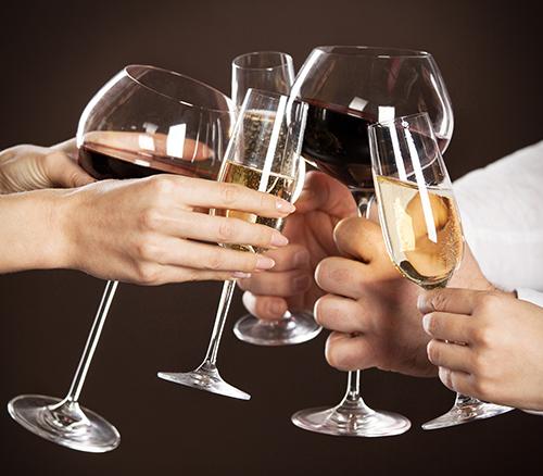 Un brindisi con i bicchieri di vino rosso e bianco a Rionero