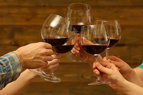 Amici brindano con vino rosso a Rionero in Vulture