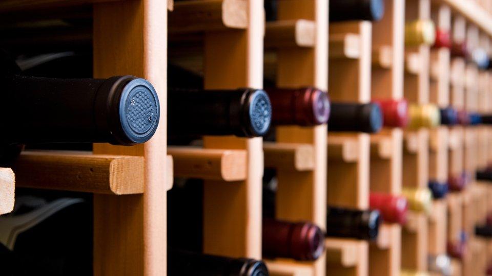 Le bottiglie di vino al bar a Rionero in Vulture