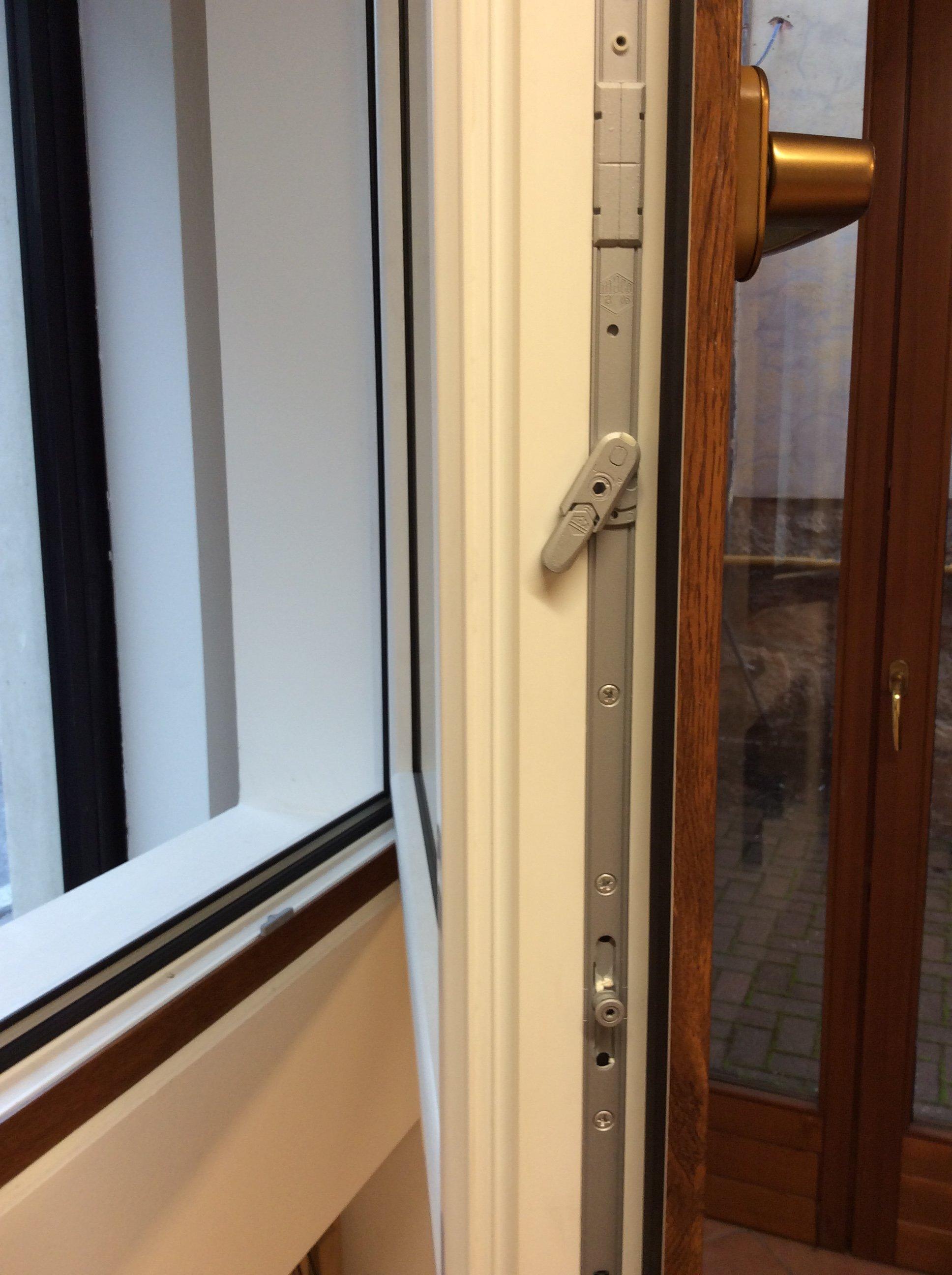 Dettaglio degli infissi di una finestra in PVC