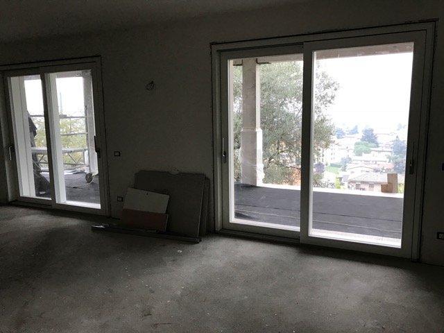 stanza con porta finestra