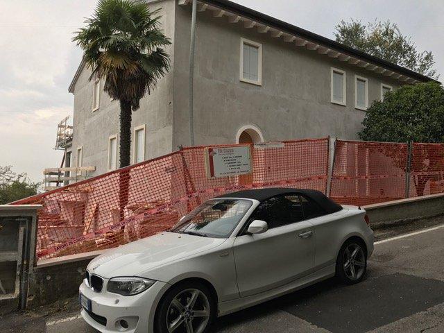 facciata casa con lavori in corso