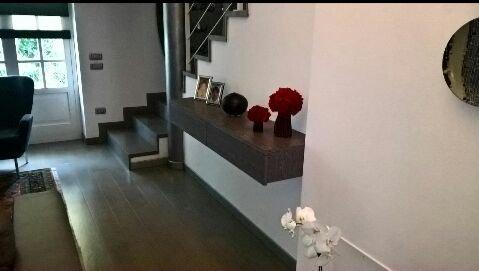 Sala d'ingresso moderna con scala al secondo piano