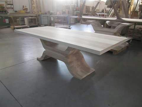 Un tavolo in legno artigianale moderno in magazzino