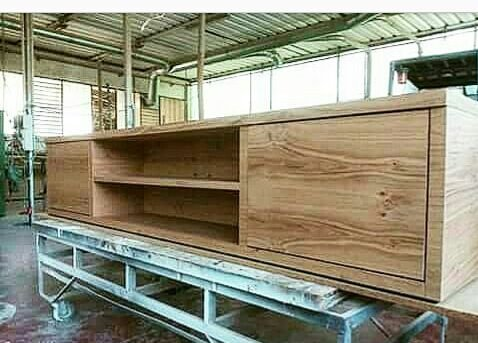 Un mobile in legno in magazzino