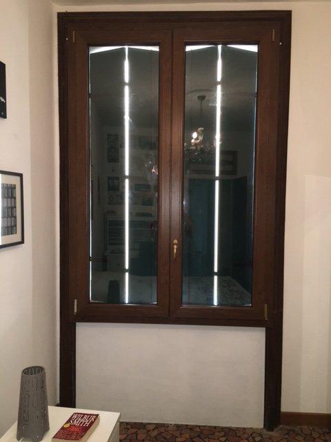 finestra in legno scuro e vetro