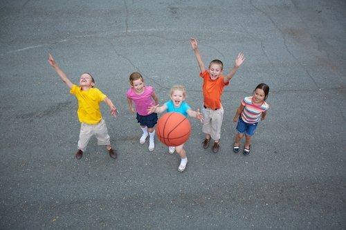 bambini che giocano a pallacanestro