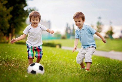 due bambini che giocano a calcio