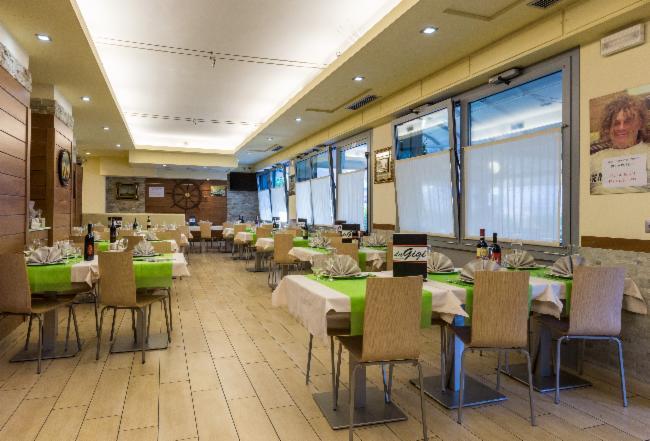 Vista generale dell'interno del ristorante