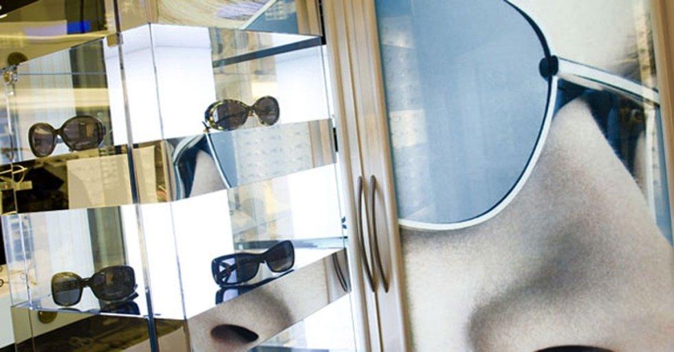 vetrina con esposti occhiali da sole