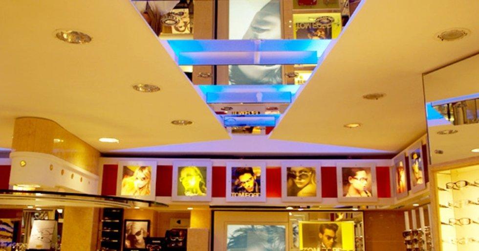 interno di n negozio di oculistica