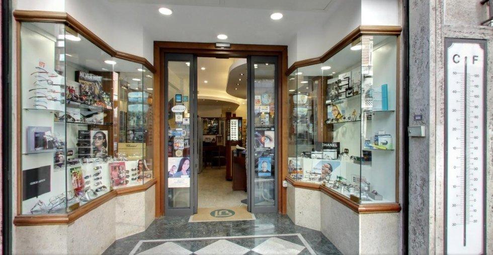 vetrina di uno storico negozio di oculistica