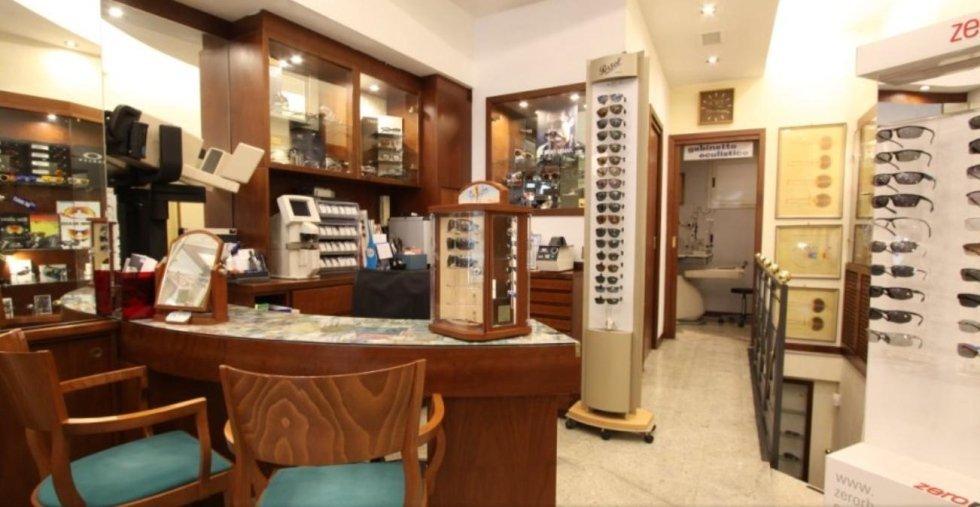 negozio di oculistica con mobilio antico