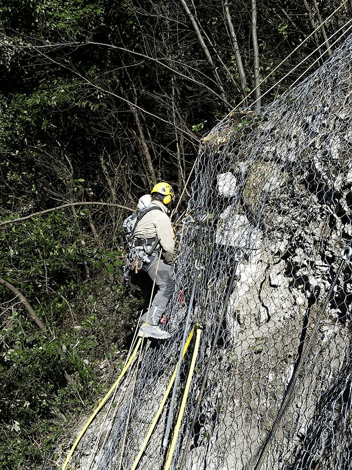Demolizione con Esplosivo e consolidamento parete con reti