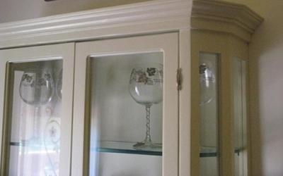 Mobile rifinito in legno e vetro