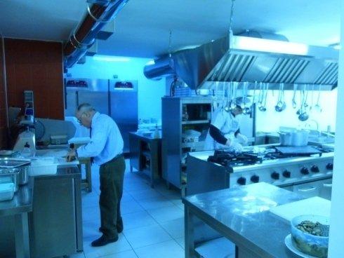 Preparazione piatti in cucina