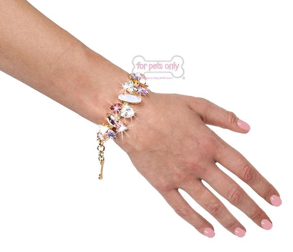 braccialetto con diamantini in un braccio