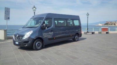 un furgone Renault blu