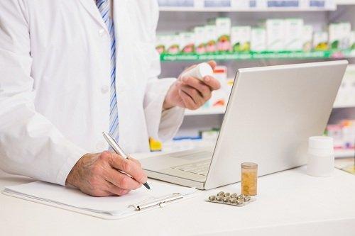 farmacista controlla un farmaco al computer