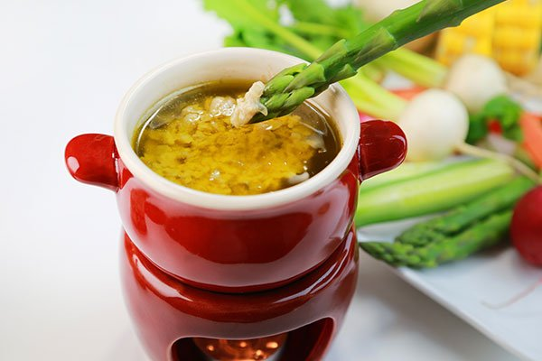 Asparagi verdi cotti per gustare con la salsa piemontese specialità del locale