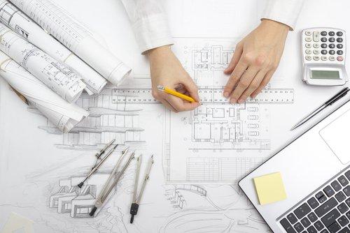 ingegnere disegna progetto di una casa