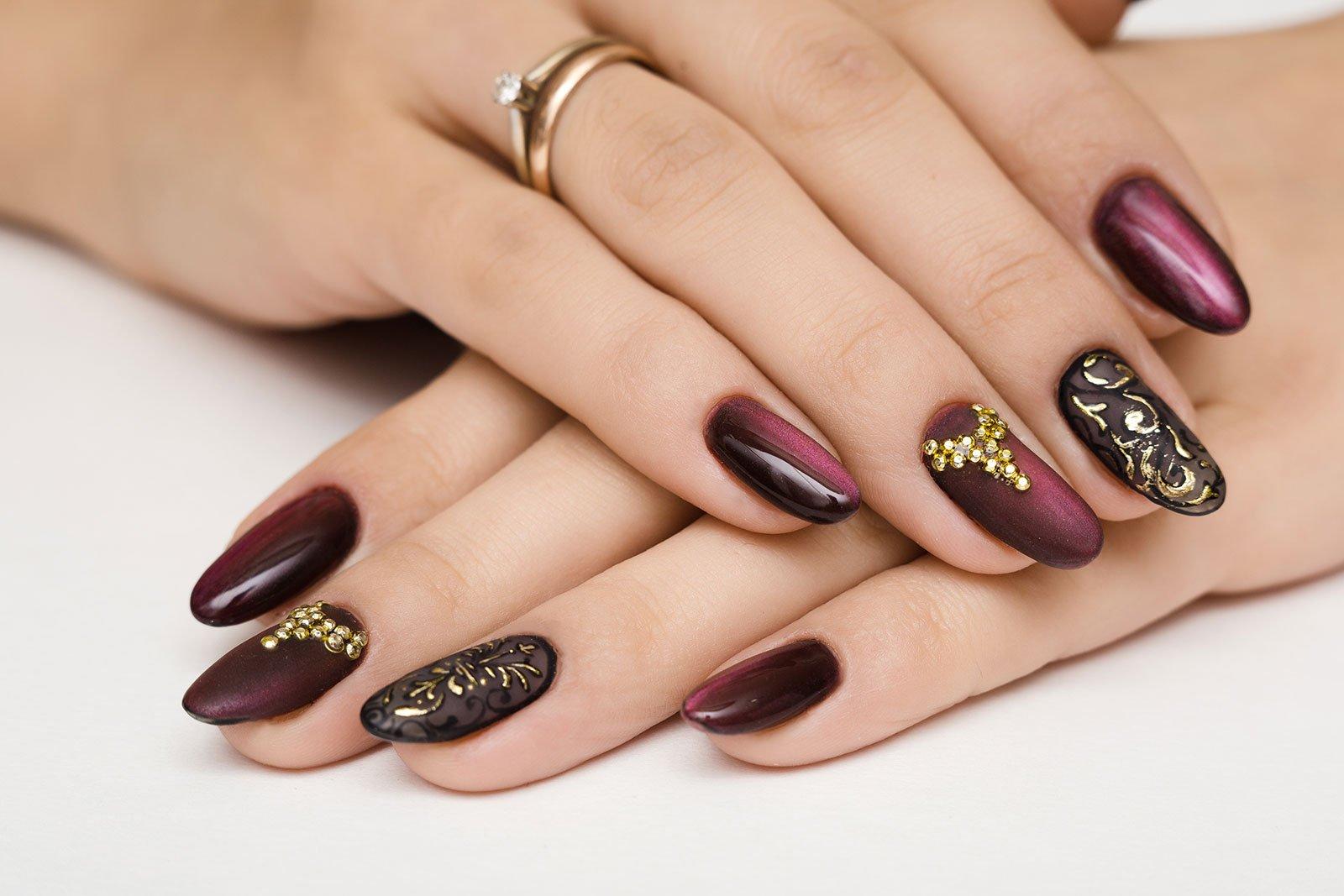 unghie con smalto decorato
