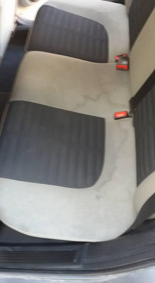 Dei sedili posteriori con delle macchie scure