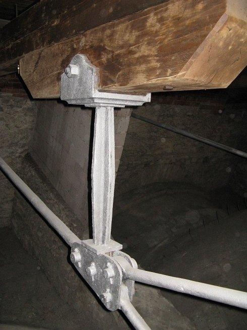 Catene in acciaio per capriata in legno