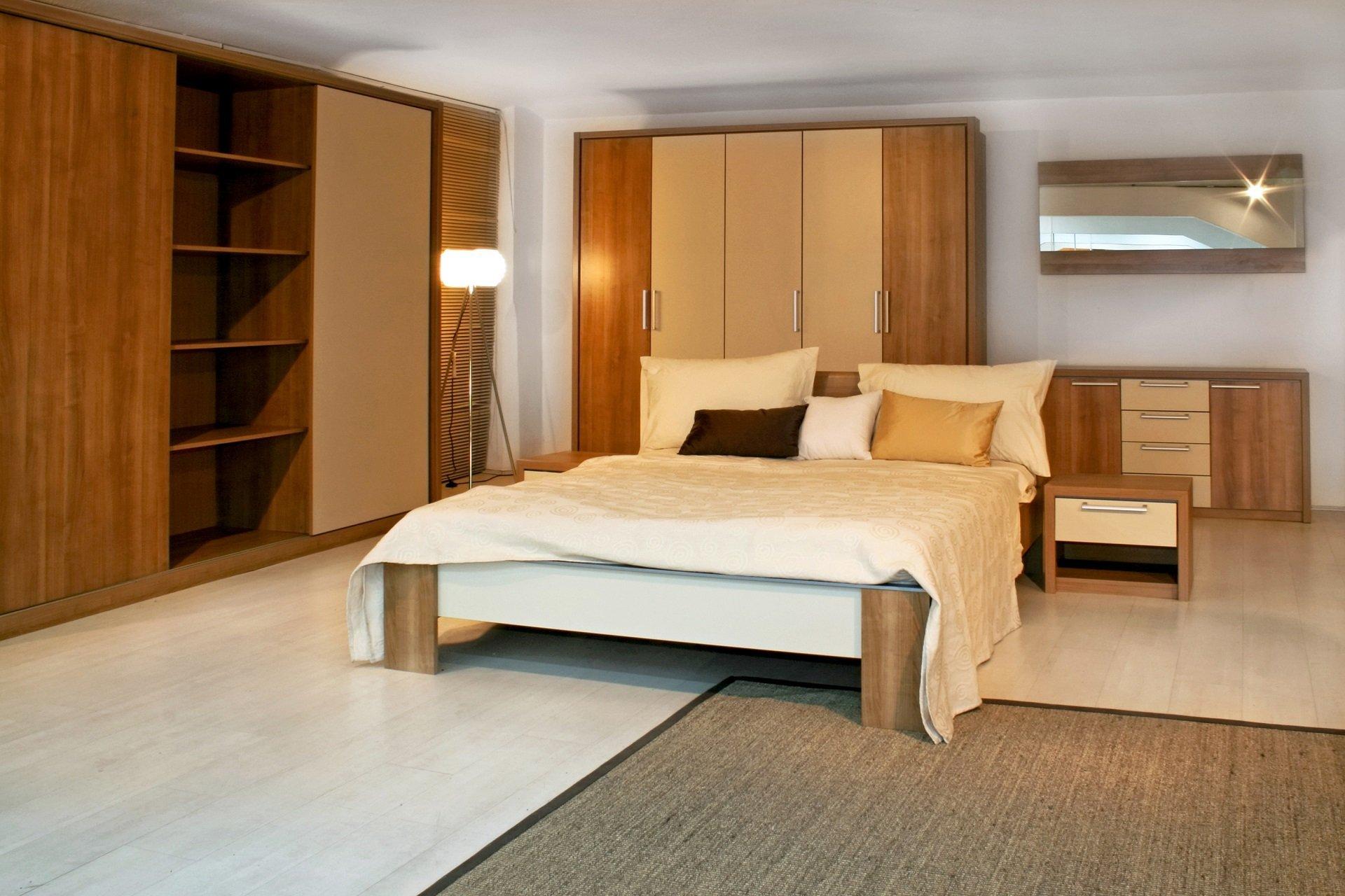 camera da letto con mobili in legno