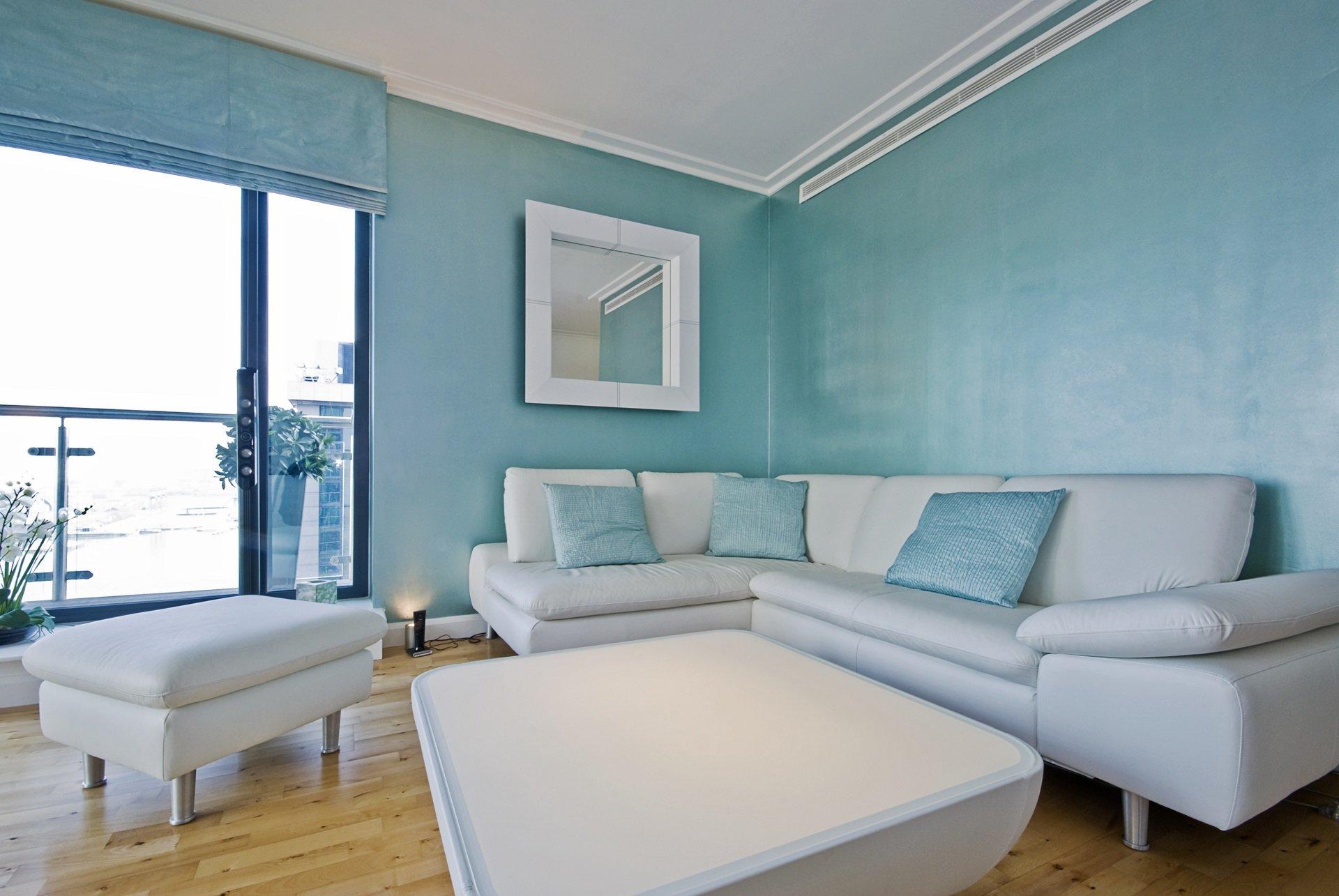 Salotto con pareti azzurre