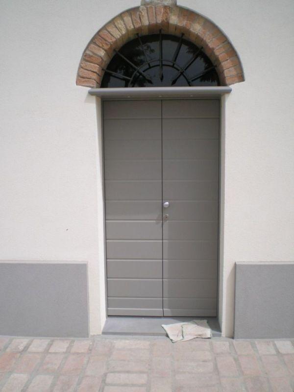 Porta con persiane grigie