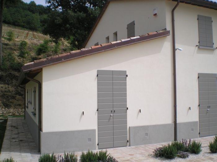 Casa con persiane di una posrta verniciate
