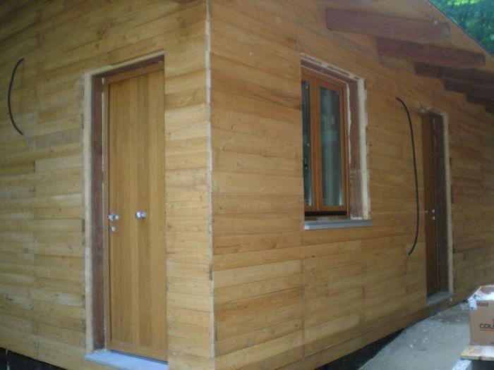 Vista d'angolo di casetta in legno