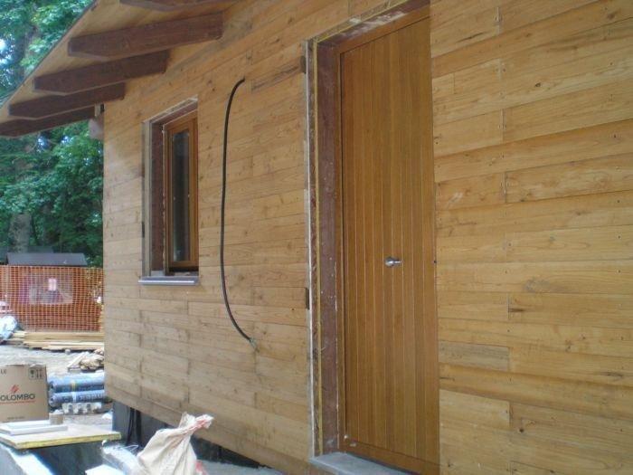 Vista laterale di casetta in legno