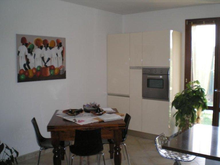 Cucina con tavolo a quattro posti in legno