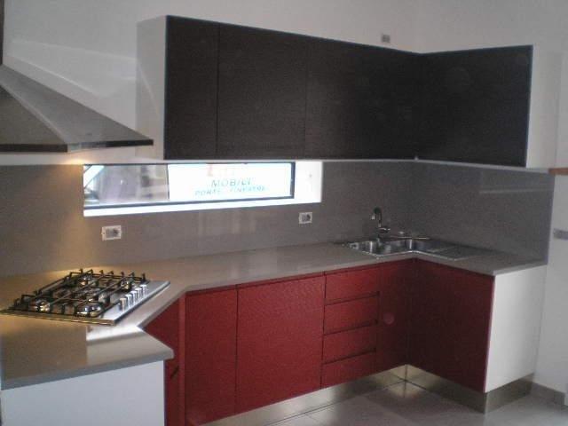 Cucina con mobili neri e rossi