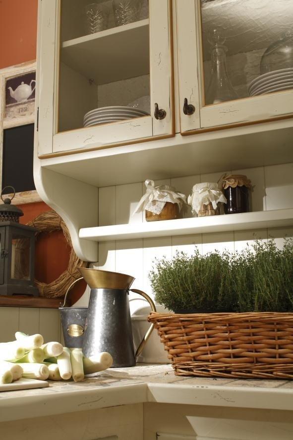 >Dettaglio di mensole da cucina
