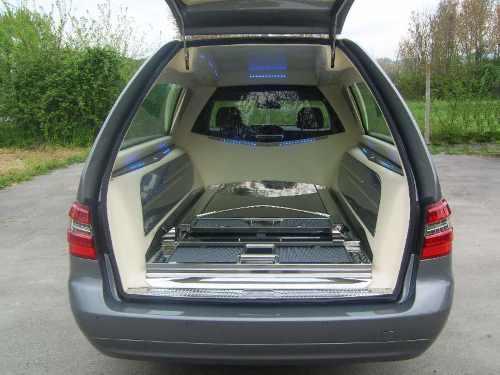 Vista posteriore interna del carro funebre