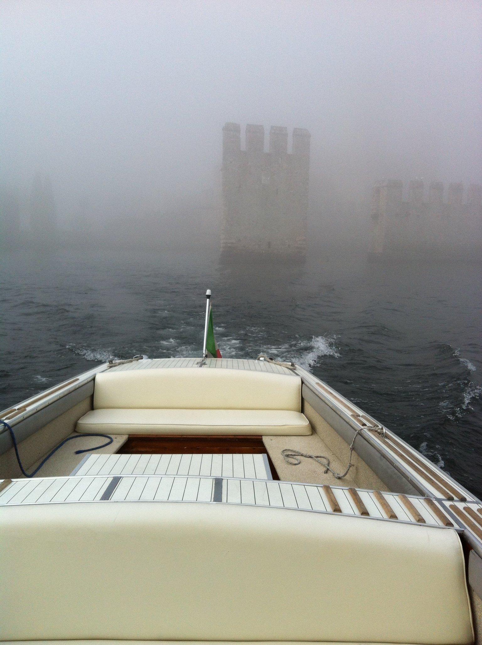vista da un motoscafo sul lago con nebbia