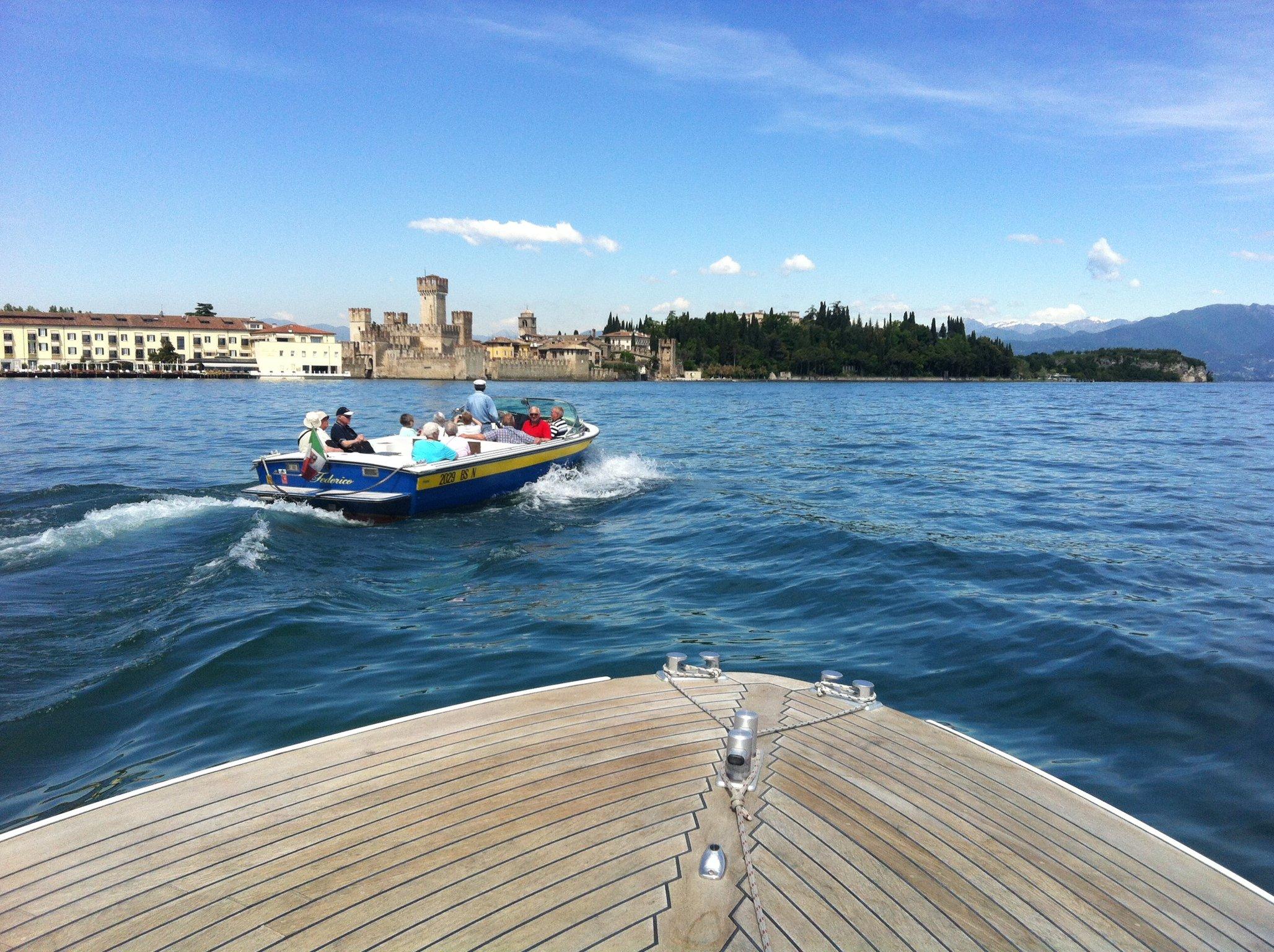 prua di un motoscafo con vista sul lago e terraferma
