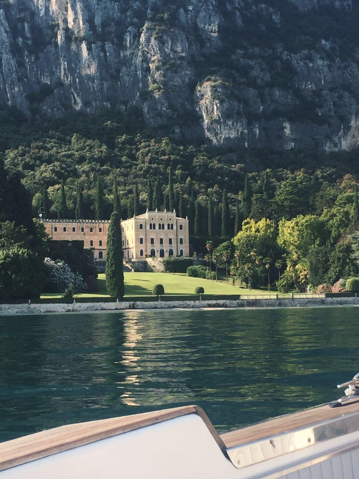 veduta del castello di Sirmione fronte lago