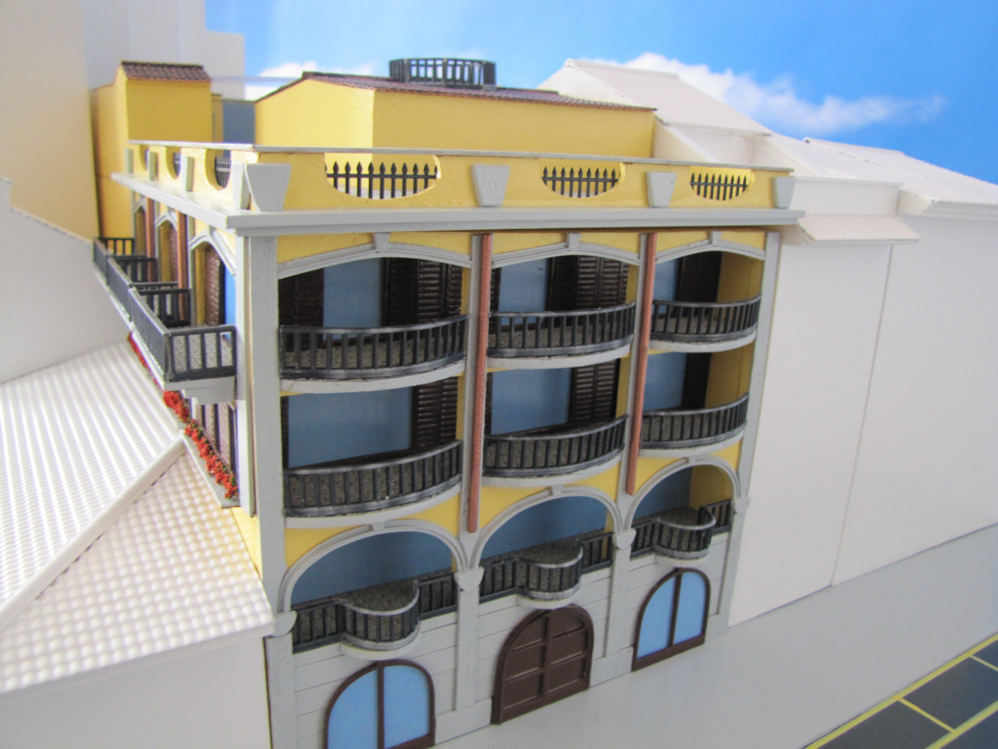plastico palazzo giallo a 3 piani