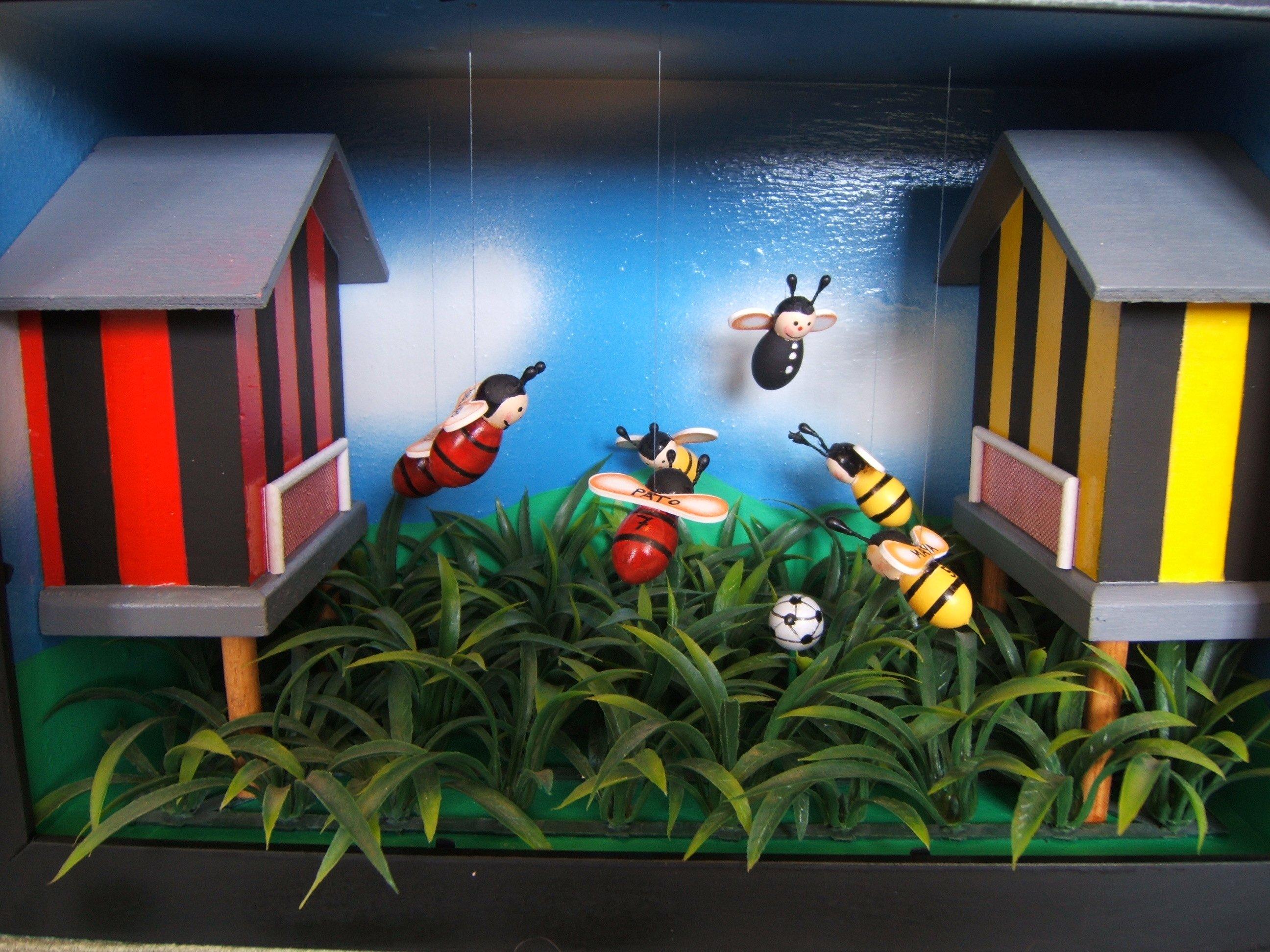 diorama api con pallone da calcio