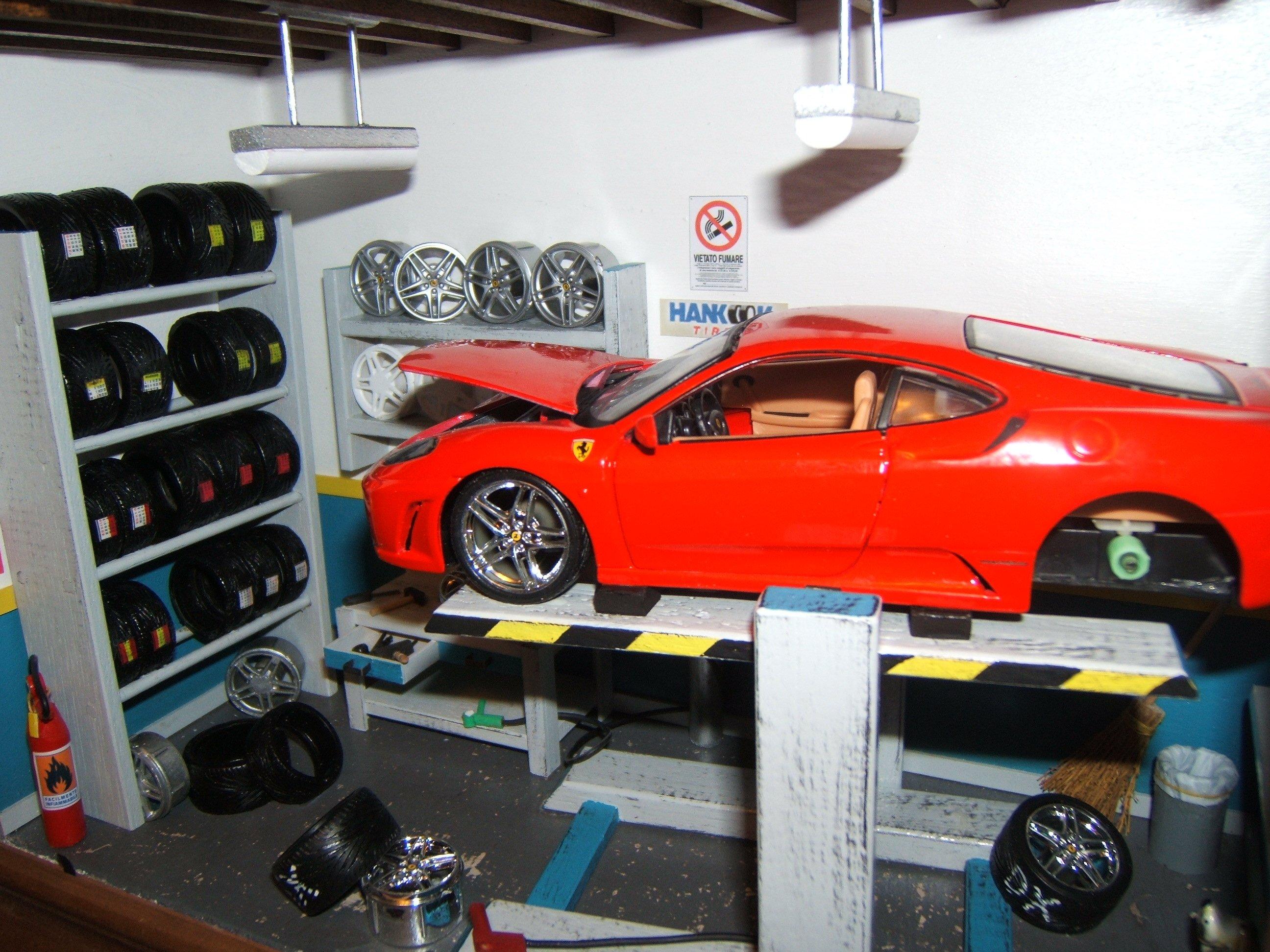 Diorama gommista con auto sul ponte