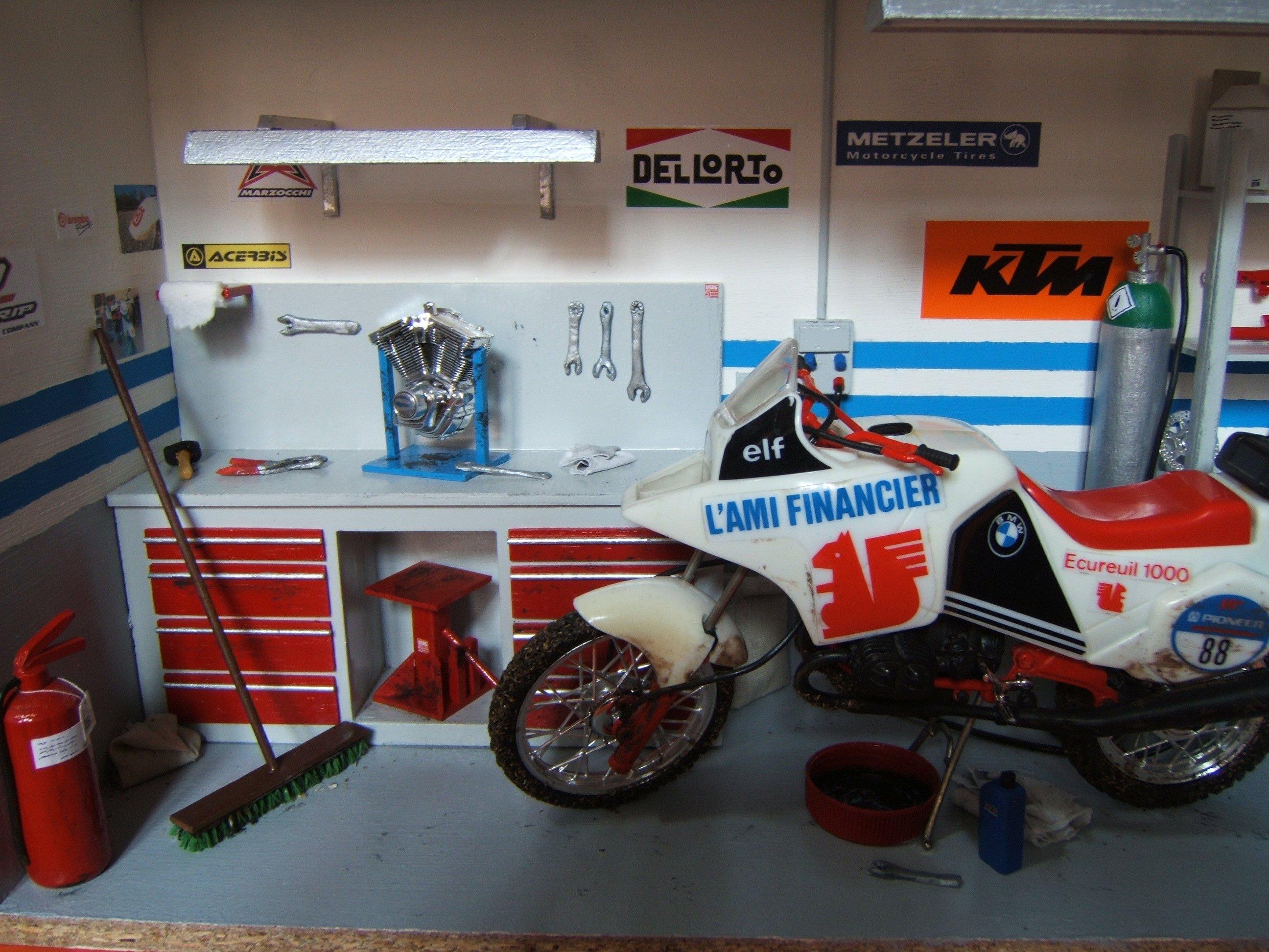 Diorama officina con motocicletta
