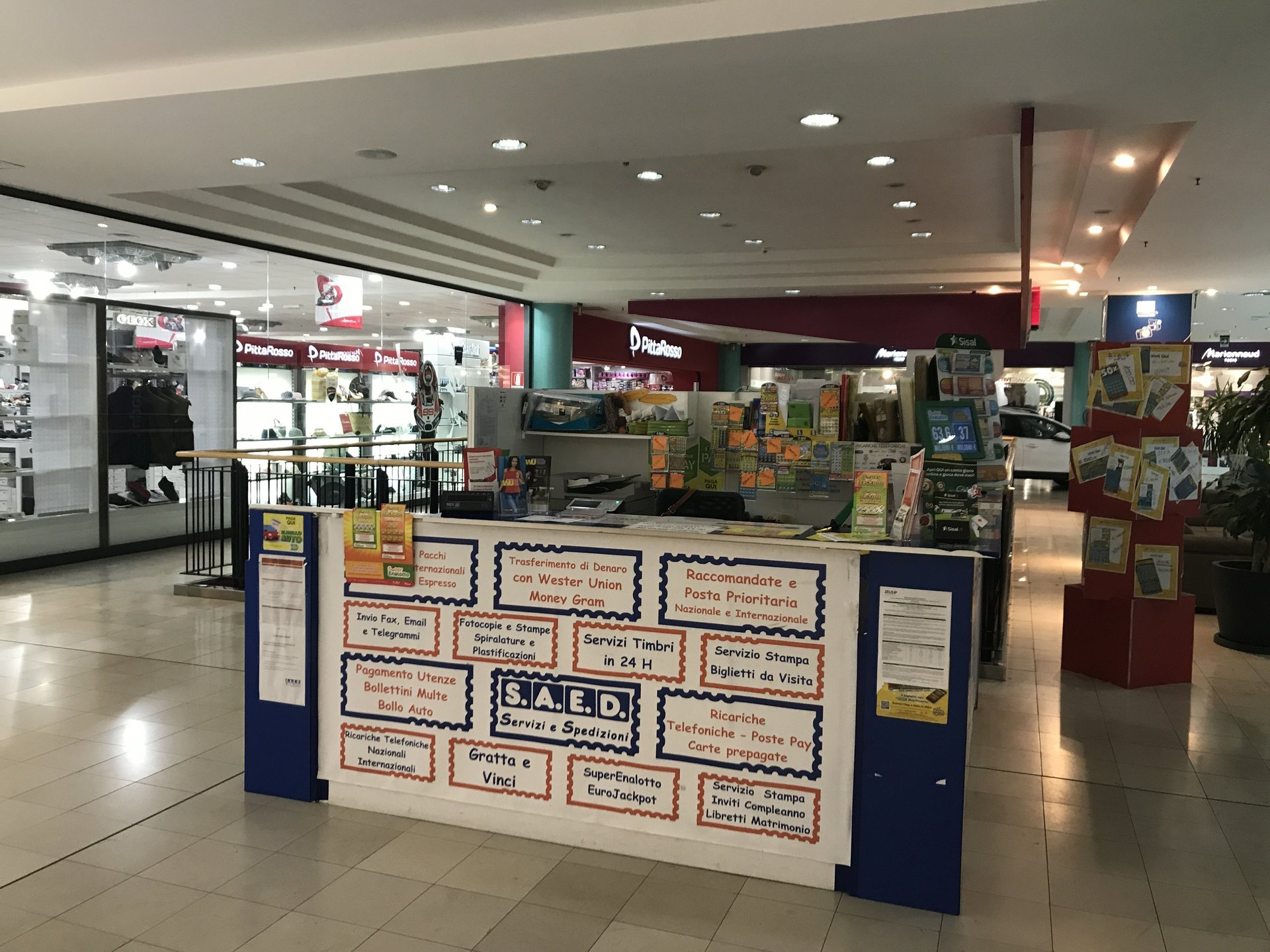 interno centro commerciale con banchetto vendita