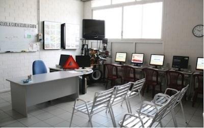 sala con sedie Autoscuola Futura Pisa