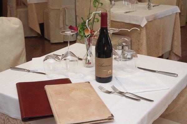 Bottiglia del vino sulla tavola