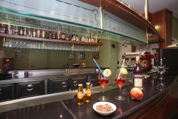 aperitivi sul bancone di un bar